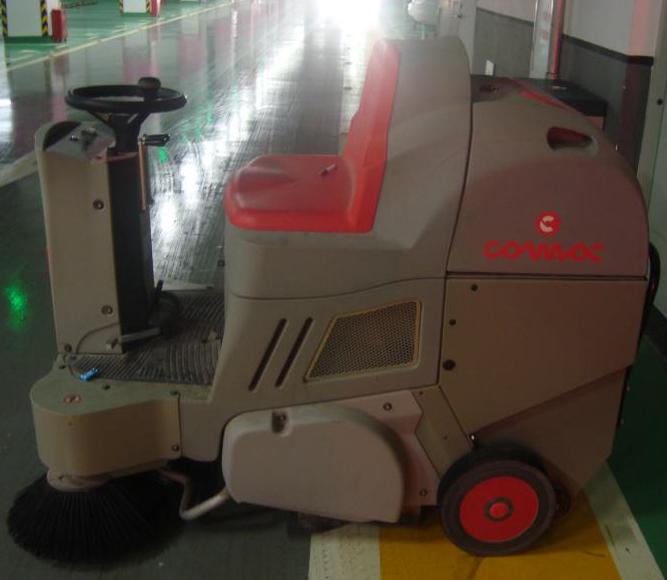 驾驶式小型洗地车