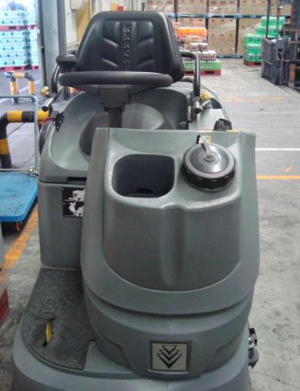 驾驶式中型洗地车